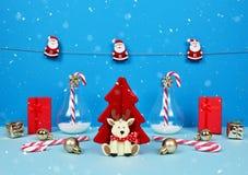 Composición de la Navidad con Papá Noel, el árbol de navidad decorativo, los regalos y los bastones de caramelo Fotos de archivo