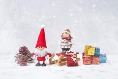 Composición de la Navidad con Papá Noel y los pequeños regalos Copie el espacio Fotografía de archivo