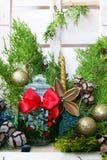 Composición de la Navidad con un tarro de cristal con un arco rojo foto de archivo libre de regalías
