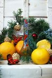 Composición de la Navidad con una botella y las naranjas fotografía de archivo