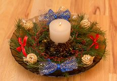 Composición de la Navidad con una vela en el centro fotografía de archivo