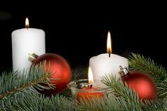 Composición de la Navidad con velas ardientes Imagen de archivo