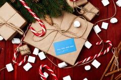 Composición de la Navidad, concepto del Año Nuevo, descuentos, tarjeta de crédito Fotos de archivo libres de regalías