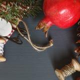 Composición de la Navidad conos Ramas del abeto Imagen de archivo