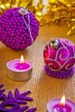 Composición de la Navidad de bolas y de velas Fotografía de archivo