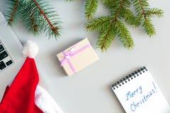 Composición de la Navidad de la oficina con la caja del ordenador y de regalo Imagen de archivo