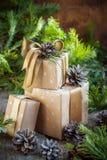 Composición de la Navidad de las cajas, adornadas con la decoración natural Foto de archivo libre de regalías