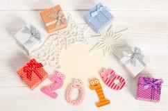 Composición de la Navidad de los números divertidos 2016 y de las cajas de regalo Foto de archivo