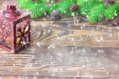 Composición de la Navidad Decoración con las ramas de árbol de abeto, linterna de la Navidad y del Año Nuevo en fondo de madera Fotos de archivo libres de regalías
