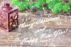 Composición de la Navidad Decoración con las ramas de árbol de abeto, linterna de la Navidad y del Año Nuevo en fondo de madera Imagen de archivo libre de regalías