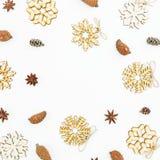 Composición de la Navidad de la decoración, de los conos del pino y del anís en el fondo blanco Endecha plana, visión superior Imágenes de archivo libres de regalías