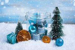 Composición de la Navidad: decoraciones, árbol, regalo, bola Imagen de archivo libre de regalías