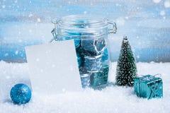 Composición de la Navidad: decoraciones, árbol, regalo y foto Fotos de archivo