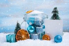 Composición de la Navidad: decoraciones, árbol, regalo y foto Foto de archivo