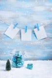 Composición de la Navidad: decoraciones, árbol, regalo y fotos Fotografía de archivo