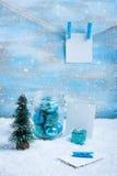 Composición de la Navidad: decoraciones, árbol, regalo y fotos Fotos de archivo libres de regalías