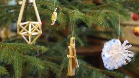 Composición de la Navidad del vintage, cesta, conos del pino, nueces y nueces almacen de metraje de vídeo