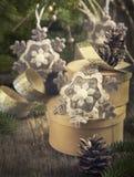 Composición de la Navidad del vintage con la caja y los ornamentos de regalo Imagen de archivo