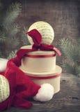 Composición de la Navidad del vintage con la caja y los ornamentos de regalo Imagen de archivo libre de regalías