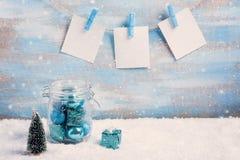 Composición de la Navidad del vintage: decoraciones, árbol, regalo y foto Imágenes de archivo libres de regalías