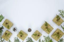 Composición de la Navidad El capítulo hecho de los regalos de la Navidad, pino ramifica en el fondo blanco Endecha plana, visión  imagenes de archivo
