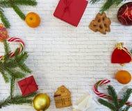 Composición de la Navidad El regalo de la Navidad, conos del pino, pan de jengibre, abeto ramifica con el caramelo, piruleta en u Imagen de archivo libre de regalías