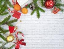 Composición de la Navidad El regalo de la Navidad, conos del pino, pan de jengibre, abeto ramifica con el fondo del blanco del la Fotos de archivo
