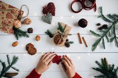 Composición de la Navidad en la tabla de madera blanca Imagen de archivo libre de regalías