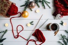 Composición de la Navidad en la tabla de madera blanca Foto de archivo libre de regalías