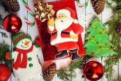 Composición de la Navidad - galletas del pan de jengibre - Papá Noel y la Navidad, Año Nuevo en una caja de regalo Imagen de archivo