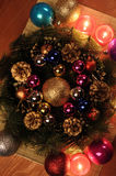 Composición de la Navidad Guirnalda del abeto, bolas de la Navidad, vela ardiente Fotos tiradas en una llave oscura Foto de archivo libre de regalías