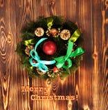 Composición de la Navidad Guirnalda del abeto, bolas de la Navidad, vela ardiente Fotos tiradas en una llave oscura Fotografía de archivo