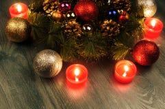 Composición de la Navidad Guirnalda del abeto, bolas de la Navidad, vela ardiente Fotos tiradas en una llave oscura Imagen de archivo