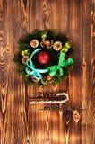 Composición de la Navidad Guirnalda del abeto, bolas de la Navidad, vela ardiente Fotos tiradas en una llave oscura Fotos de archivo