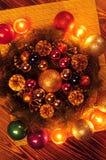 Composición de la Navidad Guirnalda del abeto, bolas de la Navidad, vela ardiente Fotos tiradas en una llave oscura Foto de archivo