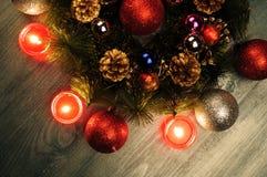 Composición de la Navidad Guirnalda del abeto, bolas de la Navidad, vela ardiente Fotos tiradas en una llave oscura Fotos de archivo libres de regalías