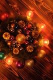 Composición de la Navidad Guirnalda del abeto, bolas de la Navidad, vela ardiente Fotos tiradas en una llave oscura Imágenes de archivo libres de regalías