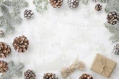 Composición de la Navidad Marco puesto plano de la decoración hecho de ramas del abeto, de conos, de la caja de regalo, de la cue foto de archivo