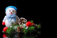Composición de la Navidad: muñeco de nieve, bolas de la Navidad, e isolat del cono Imagenes de archivo