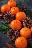 Composición de la Navidad o del Año Nuevo con las mandarinas Imagen de archivo libre de regalías
