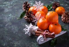 Composición de la Navidad o del Año Nuevo con las mandarinas Imágenes de archivo libres de regalías