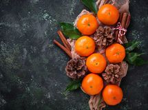 Composición de la Navidad o del Año Nuevo con las mandarinas Foto de archivo libre de regalías
