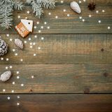 Composición de la Navidad o del Año Nuevo con los conos, el pan de jengibre y el abeto del pino en fondo de madera Endecha plana, Imagenes de archivo