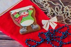 Composición de la Navidad pan de jengibre hecho en casa agradable en la forma del muñeco de nieve con la postal en blanco que pon Fotografía de archivo libre de regalías