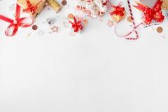 Composición de la Navidad para calificar Decoraciones del regalo de la Navidad y de la Navidad en el fondo blanco Opinión superio Fotografía de archivo