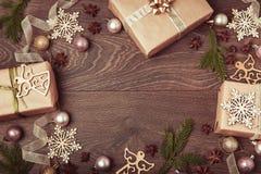 Composición de la Navidad Ramas Spruce, árbol de Navidad, bola rosada del día de fiesta de la decoración de Navidad con la cinta  Imagen de archivo libre de regalías