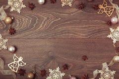 Composición de la Navidad Ramas Spruce, árbol de Navidad, bola rosada del día de fiesta de la decoración de Navidad con la cinta  Foto de archivo