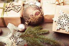 Composición de la Navidad Ramas Spruce, árbol de Navidad, bola rosada del día de fiesta de la decoración de Navidad con la cinta  Imagen de archivo