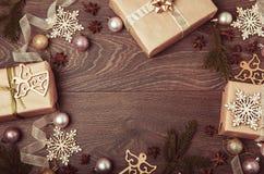 Composición de la Navidad Ramas Spruce, árbol de Navidad, bola rosada del día de fiesta de la decoración de Navidad con la cinta  Imagenes de archivo