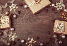 Composición de la Navidad Ramas Spruce, árbol de Navidad, bola rosada del día de fiesta de la decoración de Navidad con la cinta  Imágenes de archivo libres de regalías